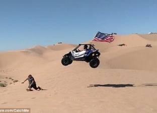 بالفيديو| سيارة تقفز فوق متزحلق على الكثبان الرملية