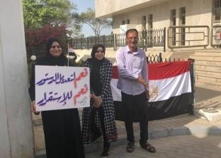 فيديو وصور| تنورة وكرسي متحرك.. مشاهد من استفتاء المصريين في الإمارات
