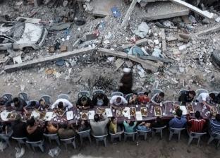 """""""على حطام منزلهم"""".. إفطار جماعي لأهل غزة وسط الركام.. والمصور: وضع صعب"""
