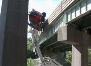 """مصرع سائق وعامل عقب سقوط سيارة """"لوري"""" من أعلى الكوبري في الإسكندرية"""