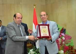 مجلس جامعة أسيوط يكرم الأمين العام لبلوغه السن القانونية للمعاش