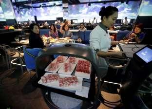 """فيديو.. """"آليون بالكامل"""".. أول مطعم صيني يديره """"روبوتات"""""""