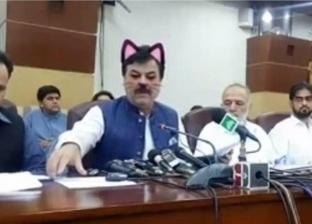 """في باكستان.. وزير الإعلام بـ""""فلتر القطة"""" على فيس بوك خلال مؤتمر سياسي"""