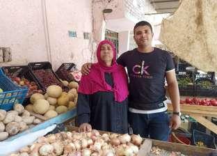 «محمد».. الصبح موظف وبليل بائع فاكهة مع والدته: أهم حاجة راحتها