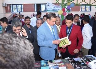 رئيس جامعة سوهاج يفتتح فعاليات معرض الكتاب بكلية التربية