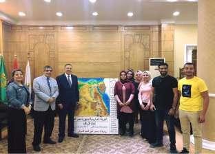 """طلاب """"آداب بنها"""" يهدون رئيس الجامعة خريطة مجسمة لجمهورية مصر العربية"""