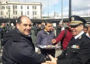 حي الأزبكية يوزع الحلوى على رجال الشرطة بميدان رمسيس