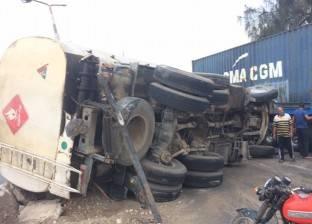 إصابة سائقين إثر انقلاب سيارة نقل محملة بـ 50 طن حديد في البحر الأحمر