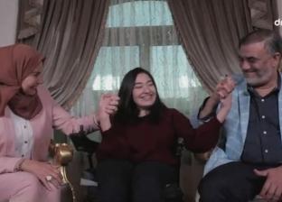 أب مصري يحوّل محنة ابنته المصابة بضمور العضلات إلى منحة بفكرة مبتكرة