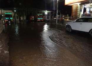 غرق شوارع كوم أمبو بعد انفجار ماسورة مياه رئيسية