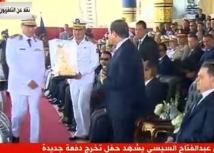 بالصور.. رئيس أكاديمية الشرطة يهدي السيسي مجسما لمبنى وزارة الداخلية