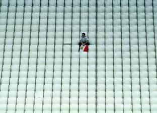 آخر مشجع في مباراة مصر والسعودية.. لماذا جلس وحيدا بالمدرجات؟