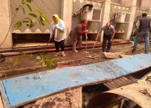 """رئيس """"ثقافة القاهرة الكبرى"""" تشارك عمال في تنظيف مبنى إقليم شمال الصعيد"""