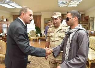 بالصور  محافظ أسيوط يكرم مجندا فقد عينيه خلال مواجهة الإرهاب بسيناء