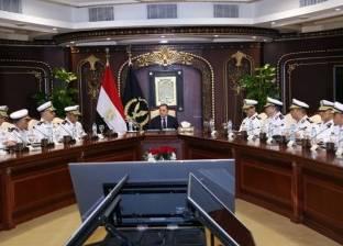 وزير الداخلية يجتمع بمساعديه وأعضاء المجلس الأعلى للشرطة