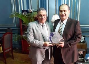 """نائب رئيس جامعة عين شمس يكرم""""طب وهندسة"""" الفائزتين بمسابقة أفضل كلية"""