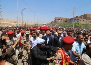 """""""مسيرة حب"""" للآلاف من أهالي قنا لتشيع جثمان شهيد القوات المسلحة"""