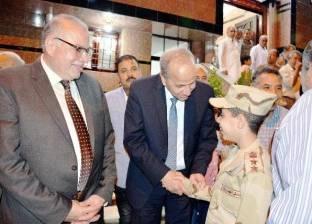نجل الشهيد يستقبل المدعوين ببدلة والده العسكرية