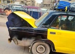 تلاميذ في حقيبة سيارة أجرة يثير غضب الأهالي.. «التاكسي بيشيل 12 راكب»
