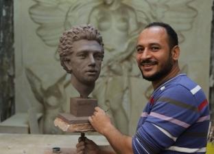 """الأولى في نحت المشاهير.. هاني يهدي أهالي المنيا تمثال """"أبو مكة"""""""