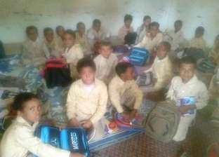 """طلاب مدرسة ابتدائية في أسوان يدرسون """"على الحصير"""".. """"الفصل مفهوش كراسي"""""""