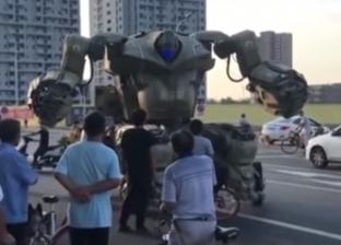 بالفيديو| الشرطة توقف روبوتا عملاقا يجوب شوارع الصين