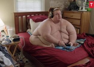 أمريكي يتفرغ للوجبات السريعة وألعاب الفيديو.. وزنه 700 كيلو جرام
