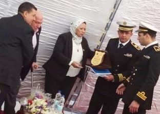 القوات البحرية تكرم والدة الشهيد محمد الصواف في الإسكندرية