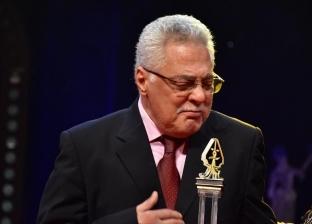 """صور.. توفيق عبدالحميد يبكي أثناء تكريمه في افتتاح """"القومي للمسرح"""""""