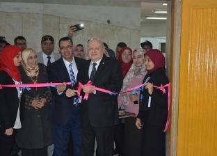 رئيس جامعة الزقازيق يفتتح معرضا للأعمال الفنية لطالبات كلية التربية