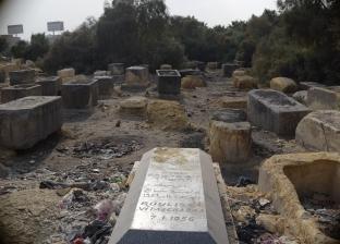 «مقابر اليهود».. تلال من القمامة تخفى شواهد الموتى.. و«العفونة» تذيب الحجر