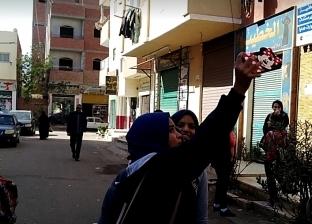 """طالبات الثانوي بالغردقة يحتفلن بسهولة امتحان """"الأحياء"""": أعاد لنا الروح"""