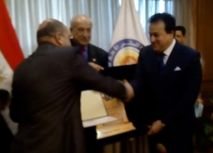 """جامعة المنصورة تتسلم درع رئيس الجمهورية في مسابقة """"أفضل جامعة"""""""