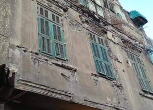 """""""بسبب الطقس السيئ"""".. سقوط أجزاء من عقار في وسط الإسكندرية"""