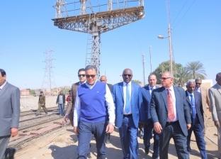 وزيرا النقل المصري والسوداني في جولة تفقدية بمحطة السد العالي بأسوان