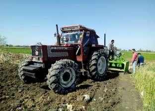 مزارع يحرث الأرض بـ«جرار ليزر»: أسهل وأوفر فى الوقت