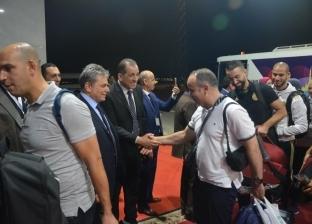 بالصور| مطار القاهرة الدولي يستقبل منتخب الجزائر بالورود