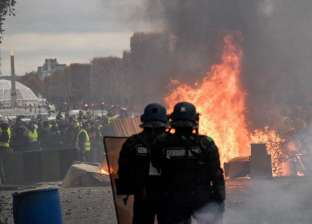 عاجل| متظاهرون يشعلون النار في سيارة شرطة بباريس