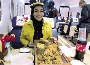 """رحلة جوية لتناول وجبة """"دجاج"""" في مطعم.. والشيفات بملابس الضيافة"""
