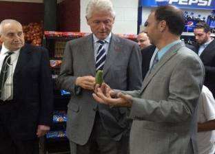 """بيل كلينتون يروج لزوجته في ميشيجان بـ""""الفلافل"""""""