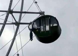 فيديو مرعب.. طفل صغير يتعلق من عنقة في الملاهي على ارتفاع 137 قدما