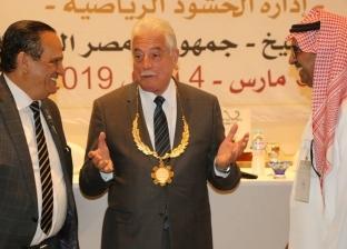 """محافظ جنوب سيناء يتسلم قلادة """"الاتحاد الدولي للترايثلون"""" لدعمه اللعبة"""