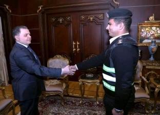 """وزير الداخلية يكرم ضابطا وأمين شرطة لشجاعتهما في """"مطاردة تاجر مخدرات"""""""