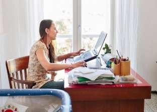 منها آلام الظهر والرقبة.. تجنب أضرار العمل من المنزل
