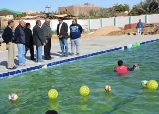 """محافظ الوادي الجديد يتفقد حمام سباحة حي """"الأمل"""" بعد تشغيله"""