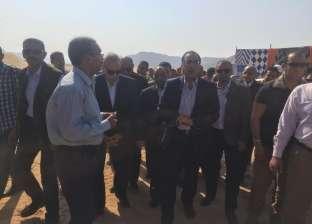 بالصور  رئيس الوزراء يتفقد التجمع العمراني غرب قنا.. ويؤكد انتهاء المرحلة الأولى في 2020