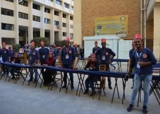 """لنشر البهجة.. """"الاجتماعيين"""" يستقبلون طلاب الإسكندرية بـ""""الطرابيش"""""""