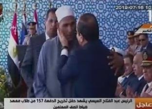 السيسي يكرم أسرة الشهيد الرقيب أحمد عبدالعظيم.. ويقبّل رأس والده