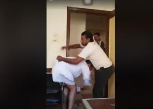 """موظفون يعتدون على زميلهم الكفيف بكفر الشيخ.. و""""الوحدة المحلية"""": قديمة"""