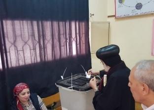 """استفتاء بروح الوحدة الوطنية.. مطران المنصورة يصوت في """"مدرسة شيخ الأزهر"""""""